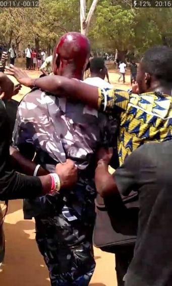 Des étudiants restreint un policier sanglant (Photo publiée sur le site Facebook du Togolais Révolté le 23 janvier 2016)